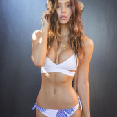 Alexis Ren body