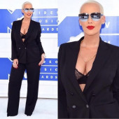 Amber Rose dekollete