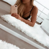 Angelina Heger selfie