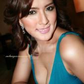 Ara Mina cleavage