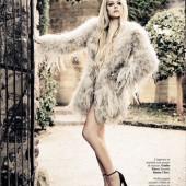 Avril Lavigne leggy