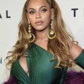 Beyonce Knowles sideboob