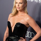 Charlize Theron ohne bh