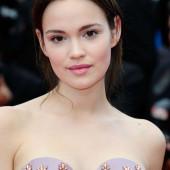 Emilia Schuele ohne bh