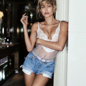 Hailey Baldwin hot