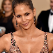 Halle Berry dekollete