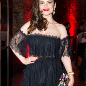 Hayley Atwell braless