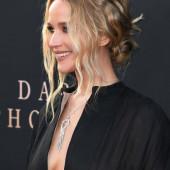 Jennifer Lawrence dekollete