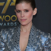 Kate Mara dekollete