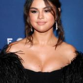 Selena Gomez dekollete