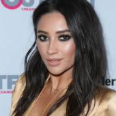 Shay Mitchell sideboob