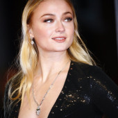 Sophie Turner cleavage