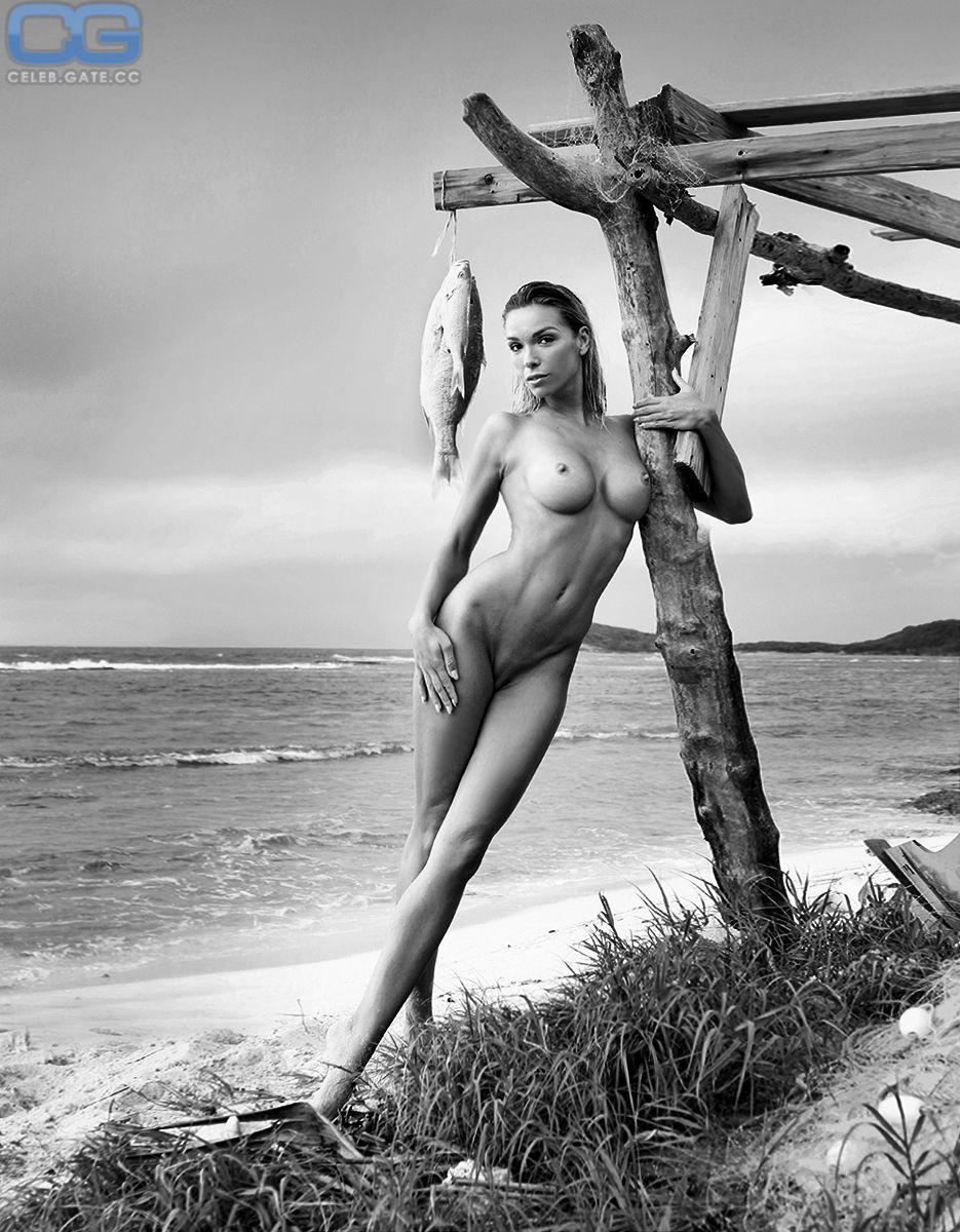 Carina Zavline Nude