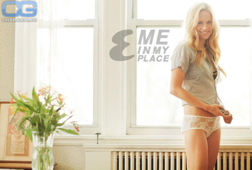 Claire Coffee  nackt