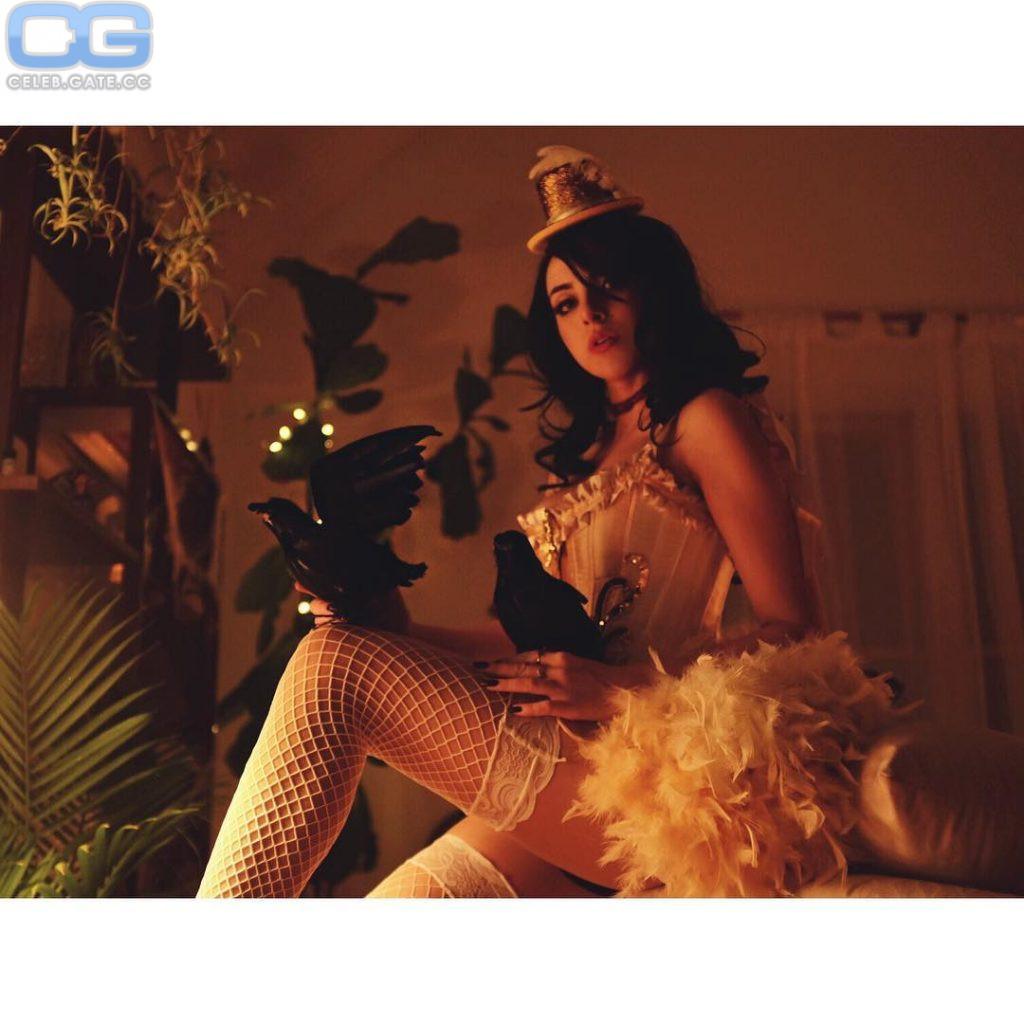 Elizabeth Gillies  nackt