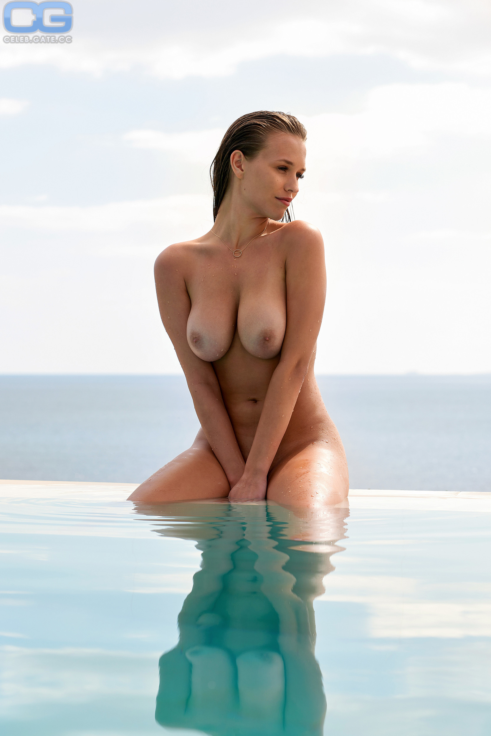Laura Woelki  nackt