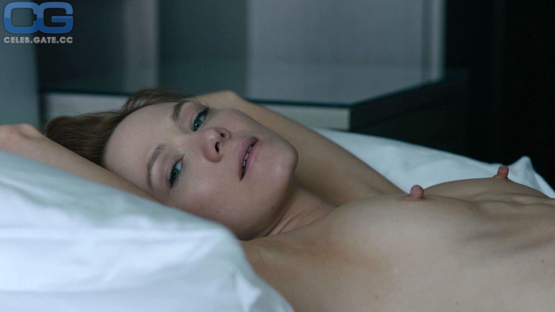 Louisa Krause  nackt