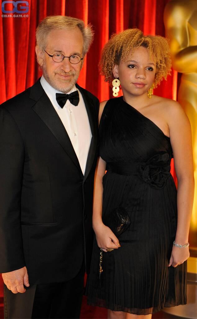 Mikaela Spielberg  nackt
