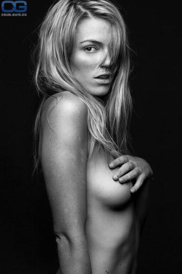 Lower nackt Montana  Emmanuelle Chriqui