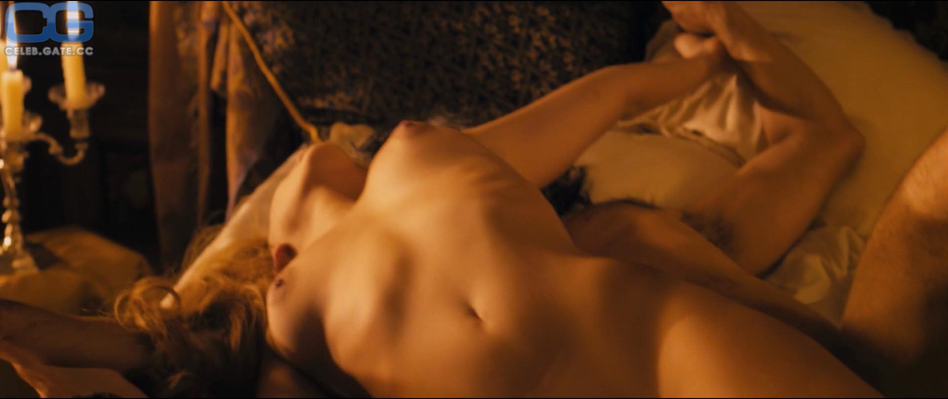 Nora Koppen  nackt