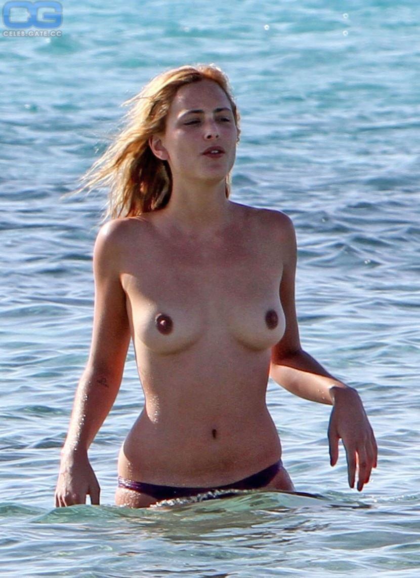Nora nackt