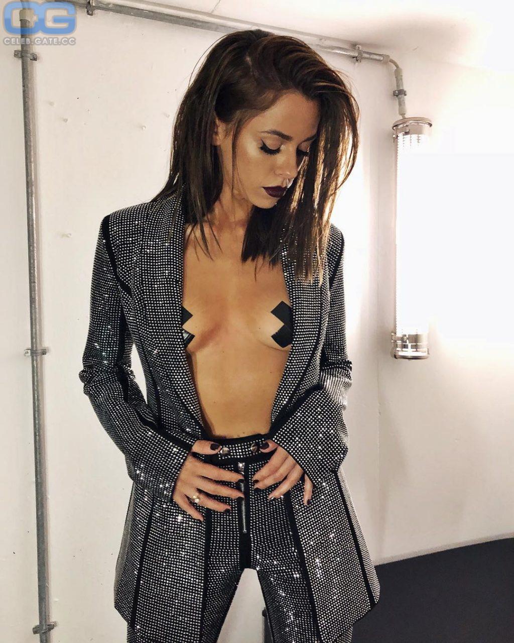 Vanessa mai oben ohne nackt