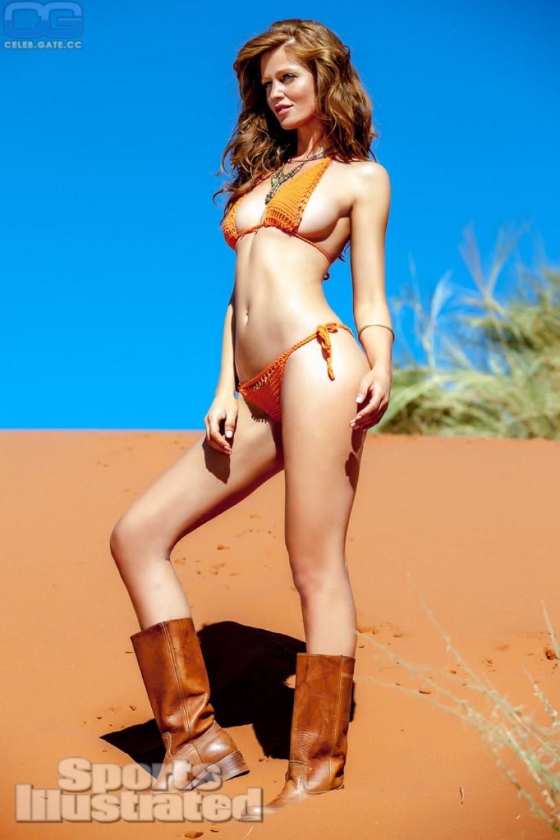 Cintia Dicker Nude Pics