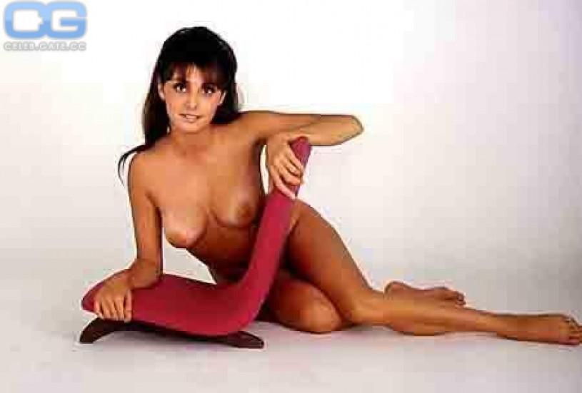 Vikki blows nude