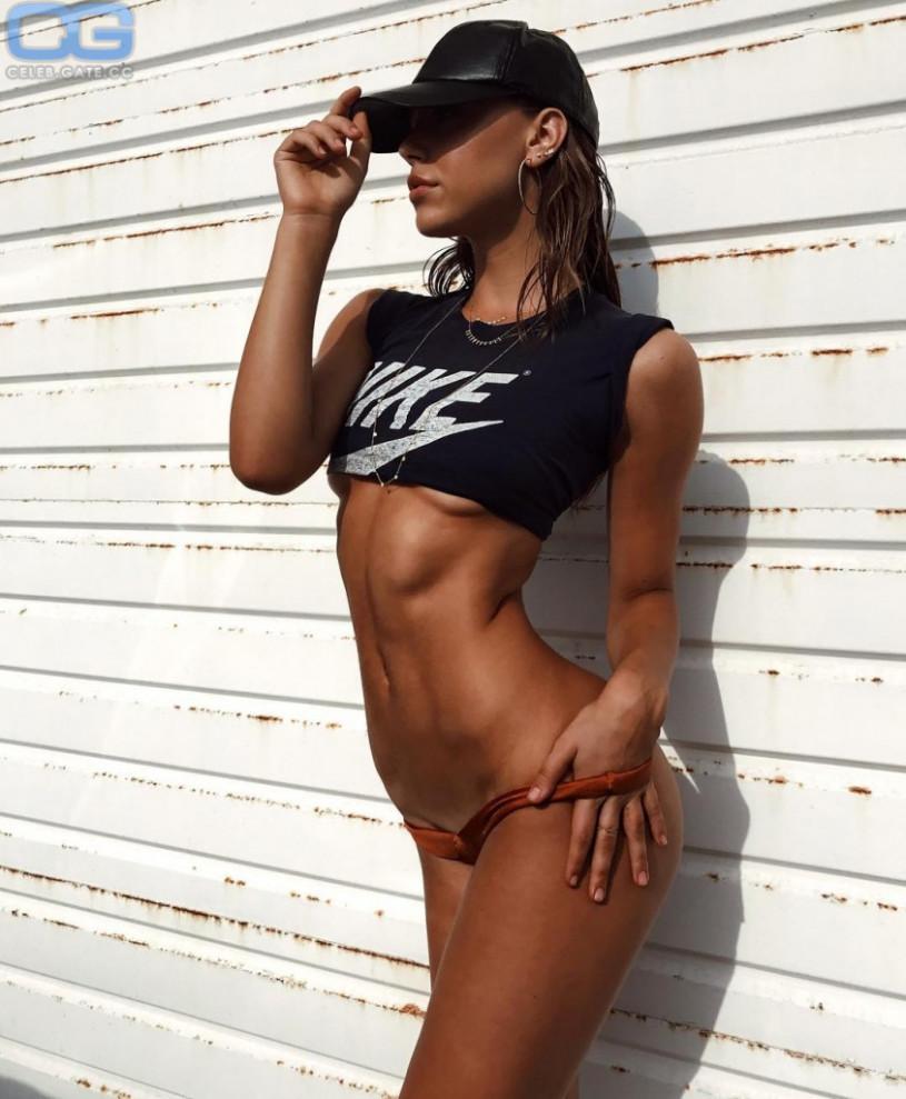 Alexis Ren sexy