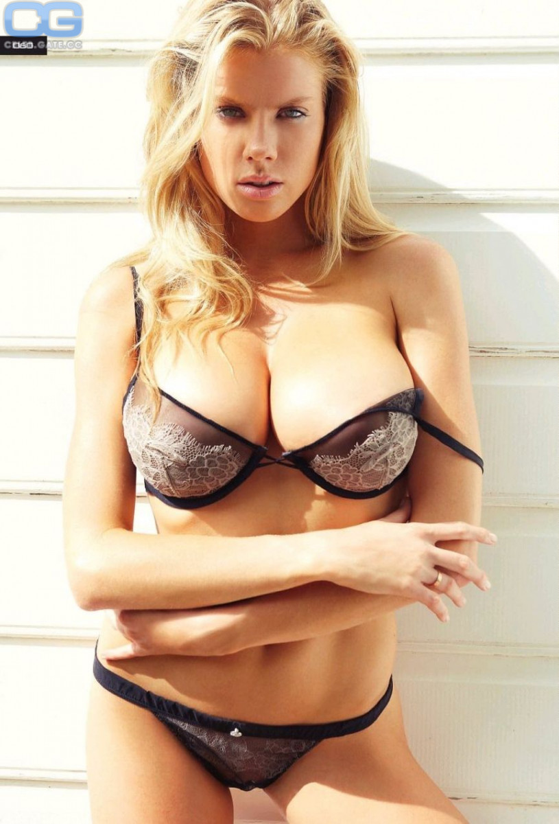 Charlotte McKinney Naked Photo Collection new foto