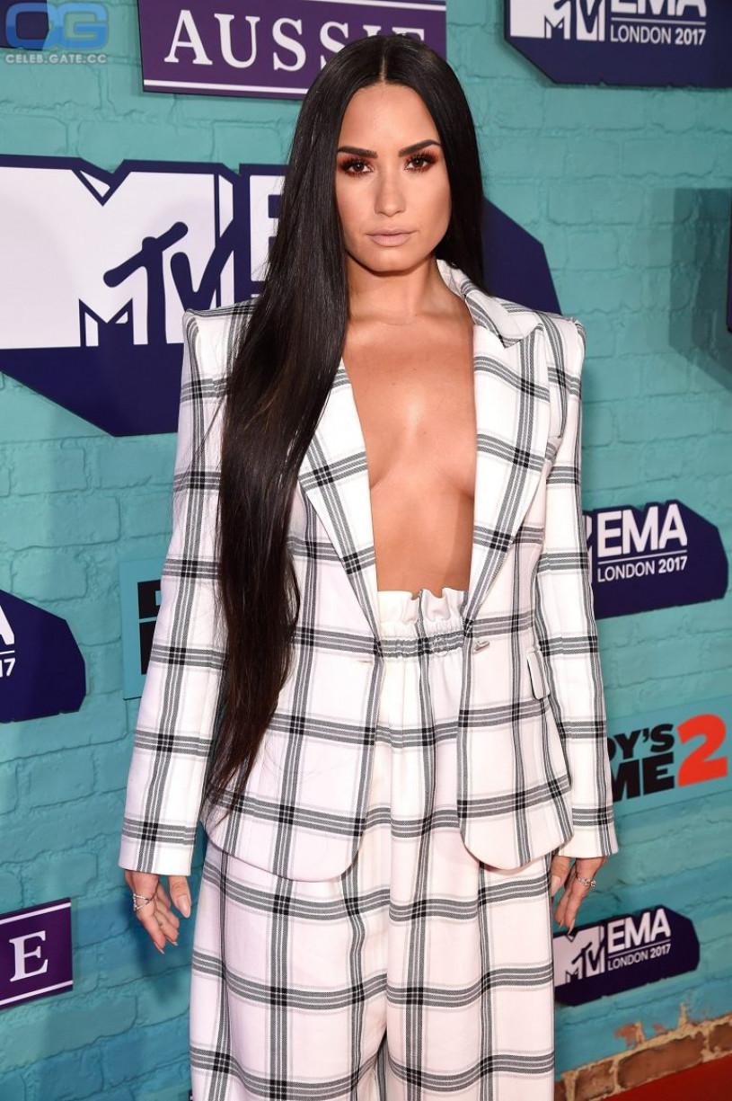 Demi Lovato braless
