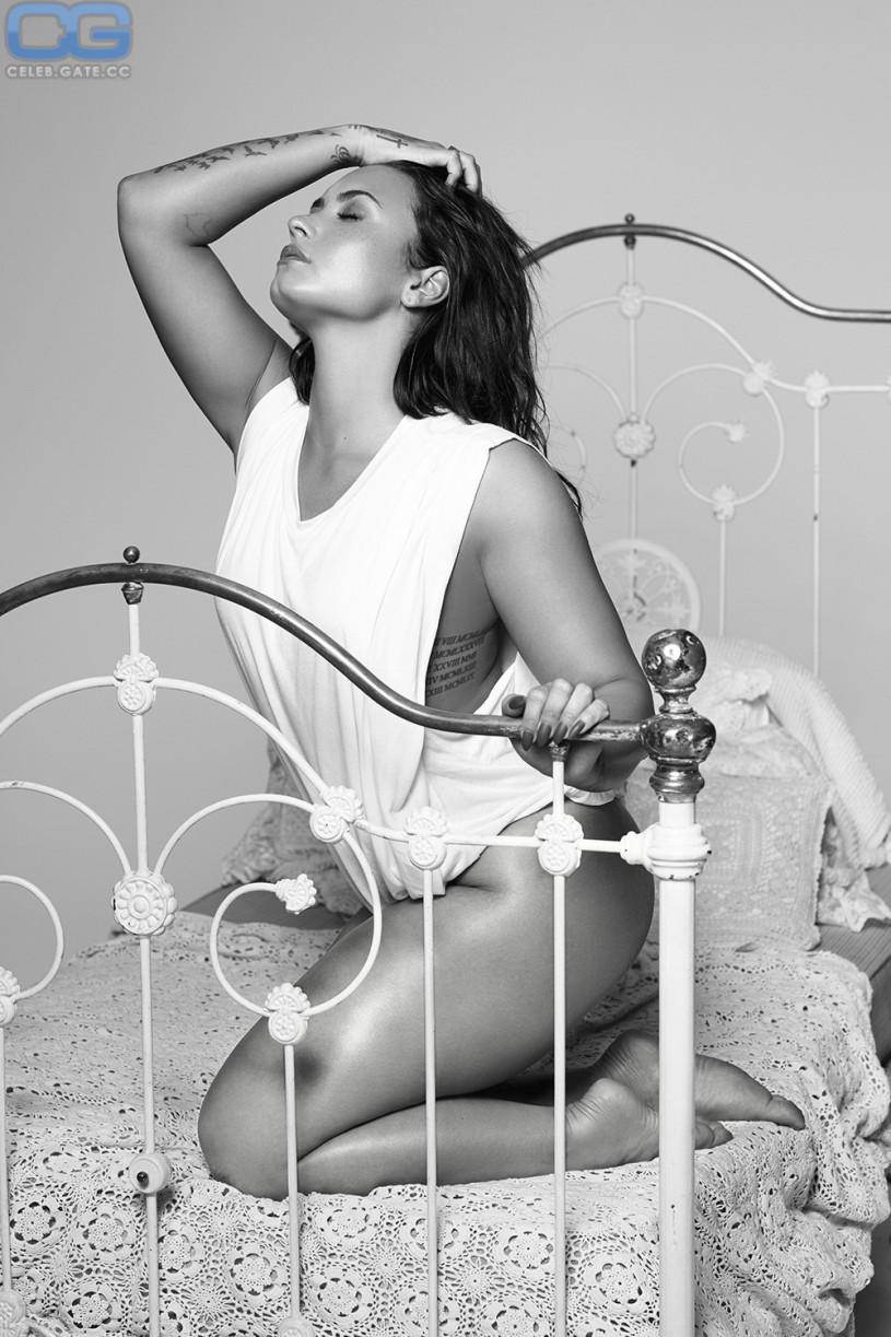 Demi Lovato pantyless