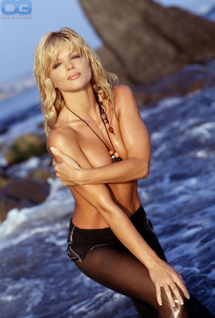Donna D'Errico nude