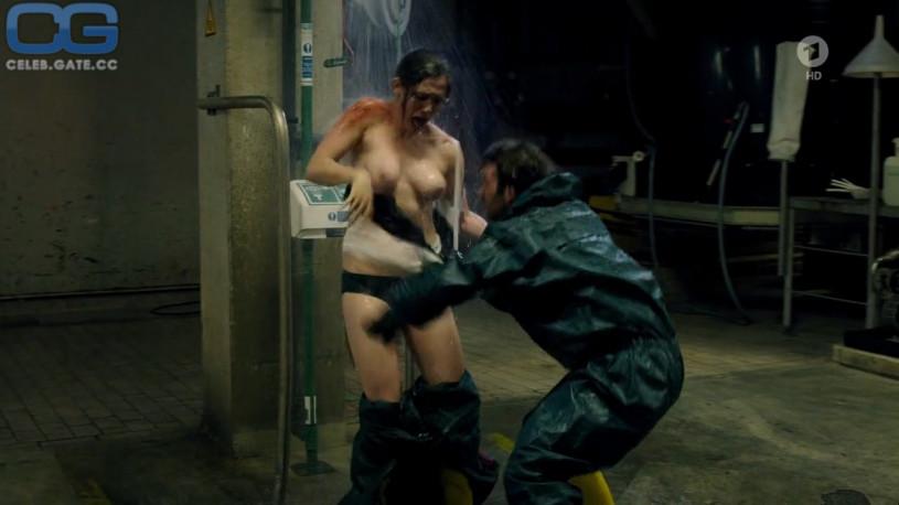 Emily Cox Nackt