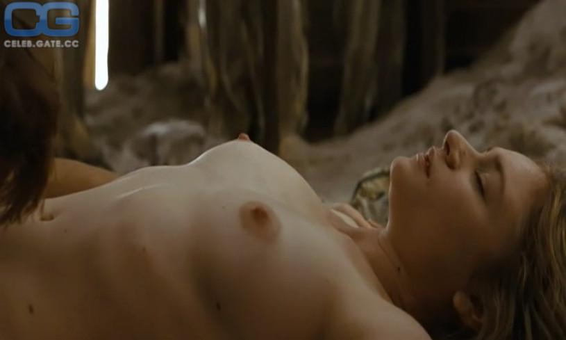 Nackt  Julia Hummer Emilia Fox