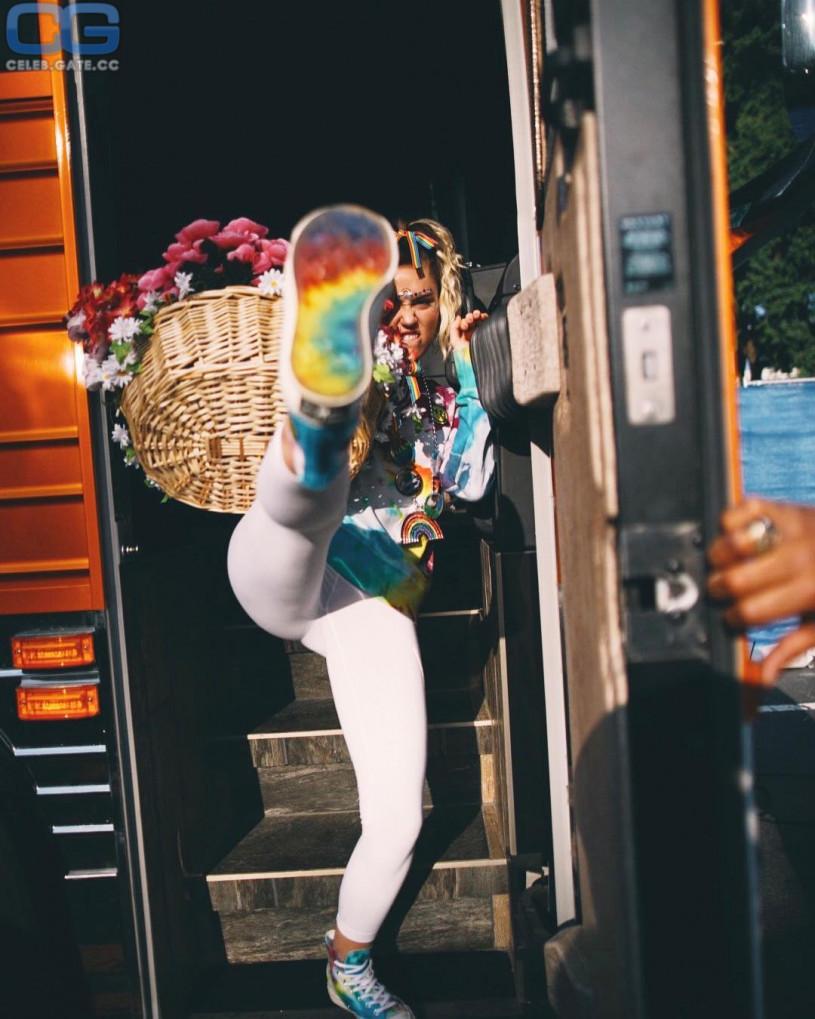 Miley Cyrus leggings