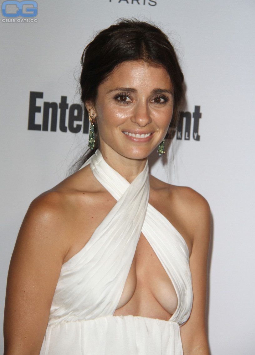 Shiri Appleby dekollete